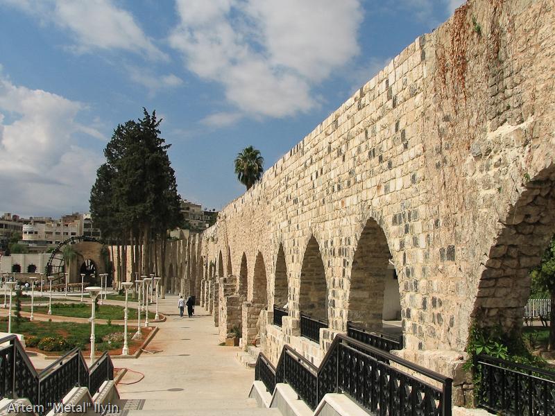 Огромные каменные акведуки, по которым вода из реки Оронт подавалась в главные сооружения города, Хама, Сирия