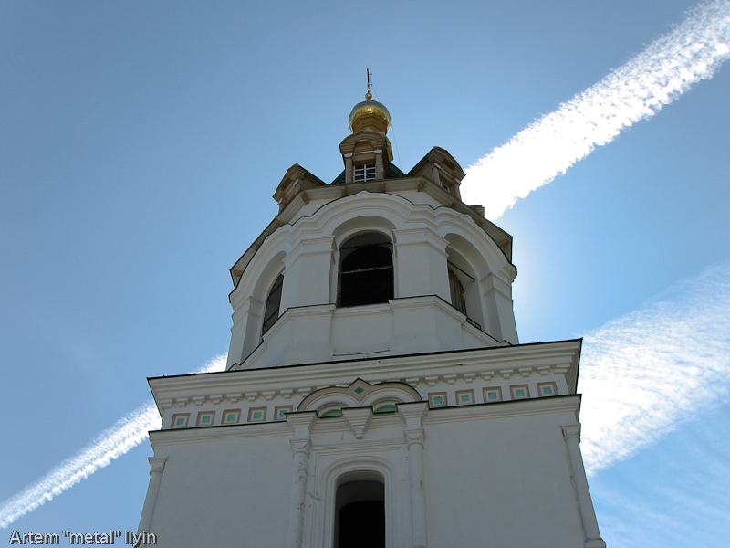 Следы от самолетов в небе над Зимненским монастырем, село Зимнее, Волынская область