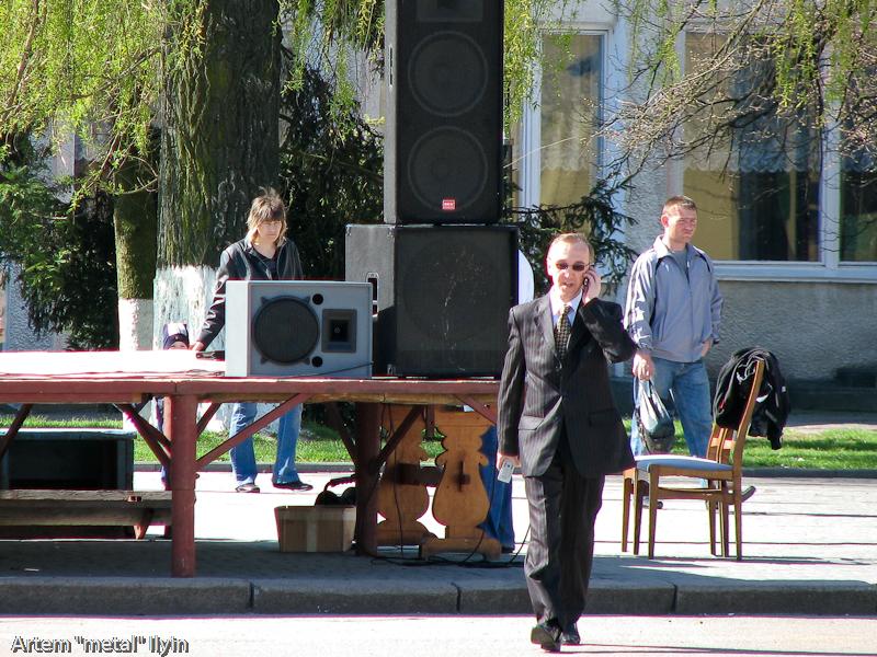 Человек, похожий на спецагента, занимается подготовкой сцены к празднику во Владимире-Волынском, Волынская область