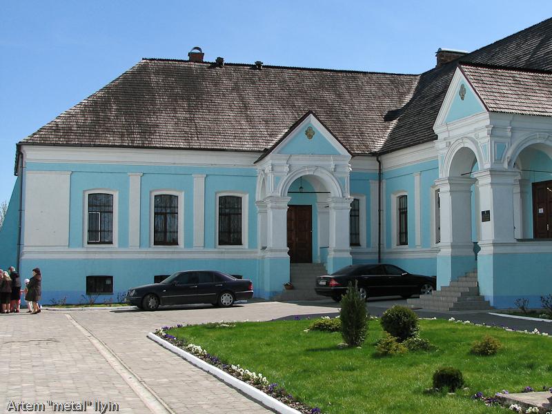 Дорогие автомобили у стен Волынской епархии, Владимир-Волынский, Волынская область
