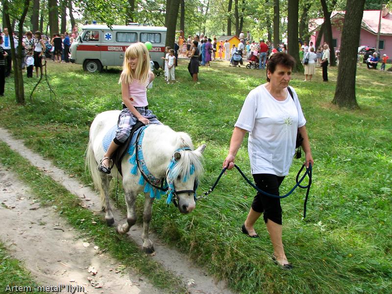 Дети катаются на пони. День Независимости Украины 2010 в Киверцах, Волынь