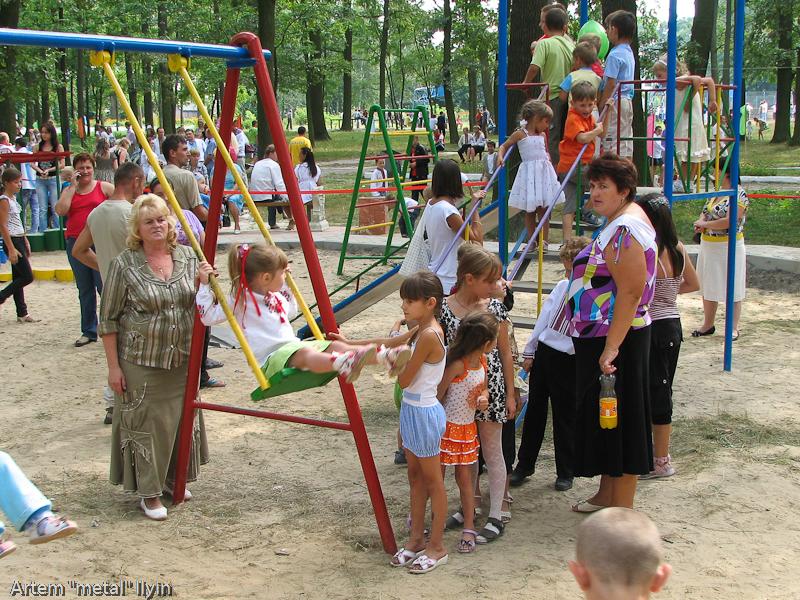 Новая детская площадка в центральном парке. День Независимости Украины 2010 в Киверцах, Волынь