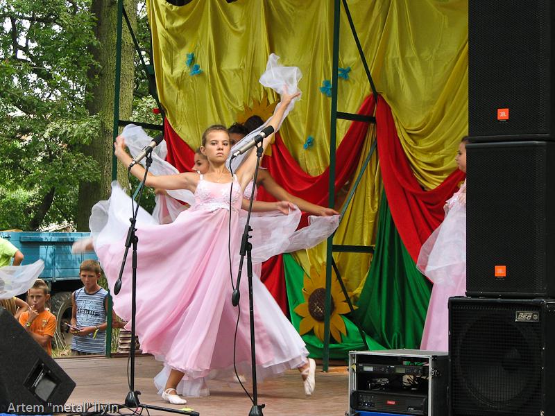 Танцы на сцене. День Независимости Украины 2010 в Киверцах, Волынь