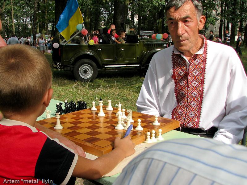 игра в шахматы. День Независимости Украины 2010 в Киверцах, Волынь