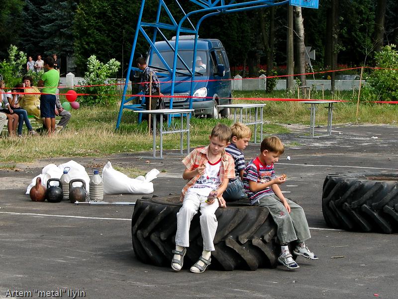 Колеса для конкурса богатырей. День Независимости Украины 2010 в Киверцах, Волынь