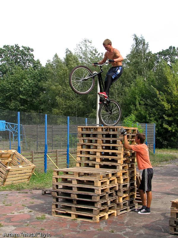 Велотриалист скачет по ящикам. День Независимости Украины 2010 в Киверцах, Волынь