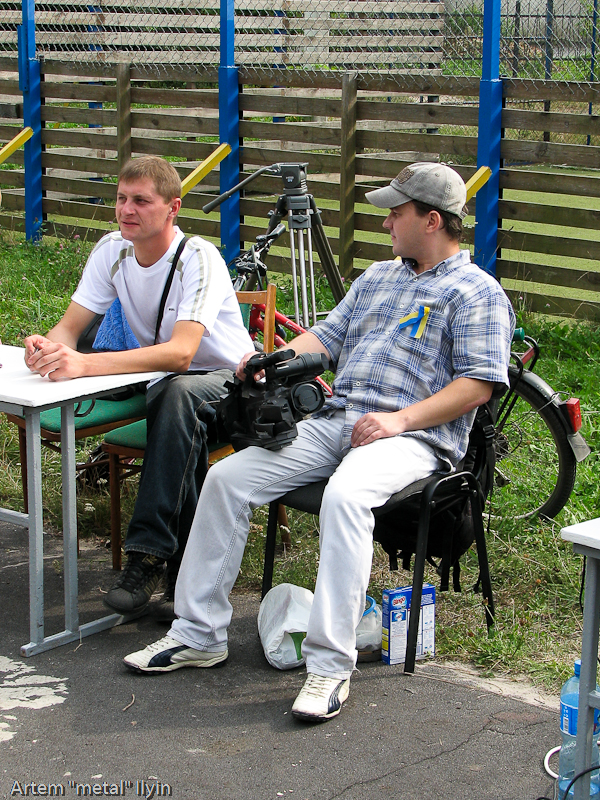 Пресса ждет участников конкурса силачей. День Независимости Украины 2010 в Киверцах, Волынь