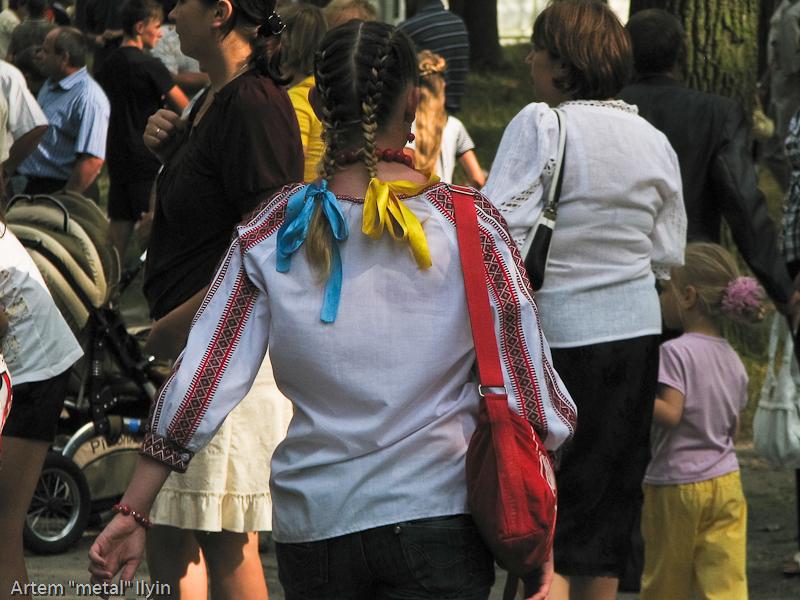Желто-голубые ленты в волосах. День Независимости Украины 2010 в Киверцах, Волынь