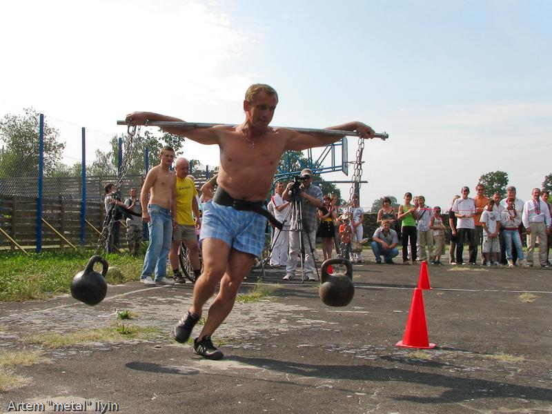 Финиш первого конкурса силачей. День Независимости Украины 2010 в Киверцах, Волынь