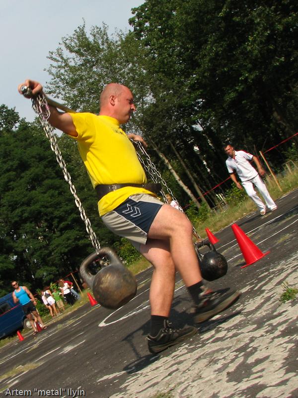 Участник конкурса силачей бежит с тяжелым коромыслом. День Независимости Украины 2010 в Киверцах, Волынь
