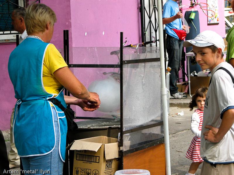 Так делают сладкую вату из сахарного сиропа. День Независимости Украины 2010 в Киверцах, Волынь