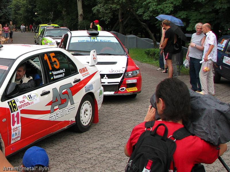 Очередь из гоночных автомобилей на старт Ралли Мариуполь 2010