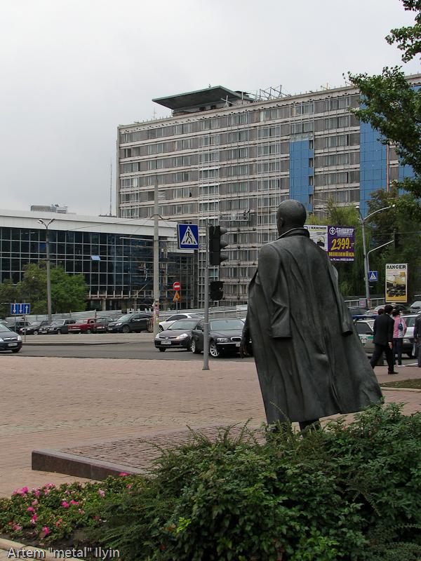 Памятник Кобзону установлен напротив гостиницы Шахтар Плаза