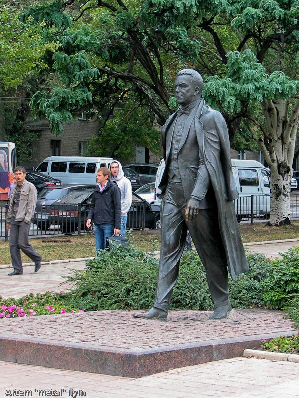 Памятник Иосифу Кобзону в Донецке