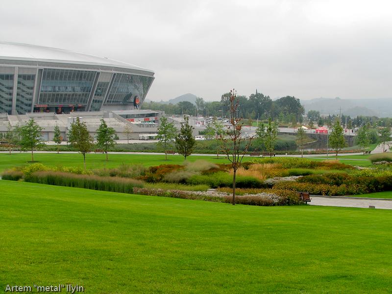 Парк возле донецкого стадиона выглядит очень просто, но это только так кажется