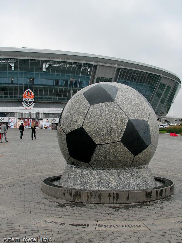 Гранитный футбольный мяч возле Донбасс Арены с легкостью вращается одной лишь силой воды