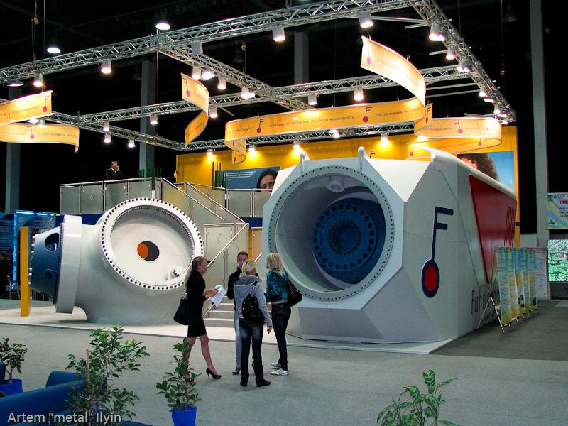 Макеты ветрогенераторов в новом выставочном зале СВЦ Эксподонбасс с высокими потолками