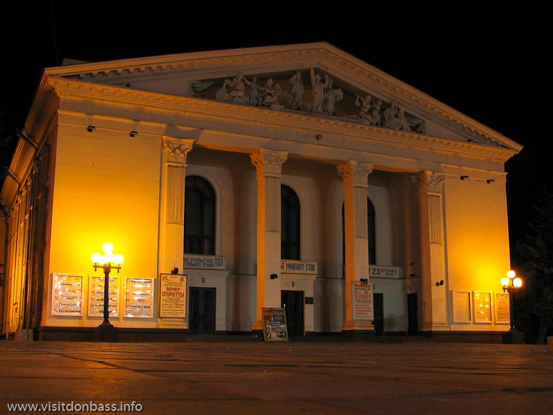 Фасад Драмтеатра в Мариуполе украшают скульптуры