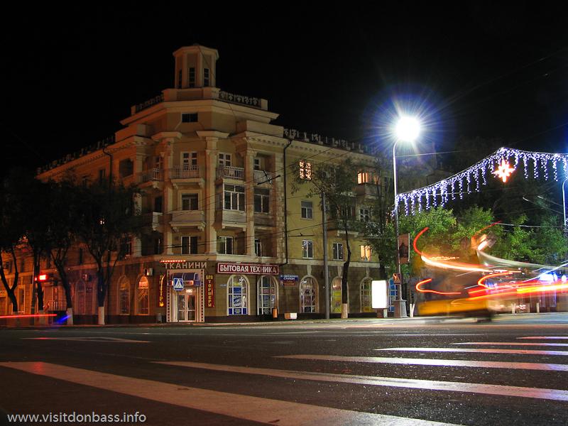 На площади перед мариупольским драматическим театром проходят основные городские гуляния