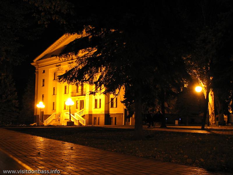 Двор мариупольского драматического театра ночью особенно романтичен