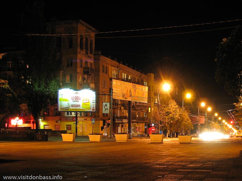 От Театральной площади проспект Ленина уходит вниз, к зданию ДОСААФ