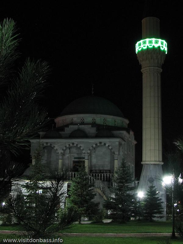 На ночь двор мечети Сулеймана и Роксоланы в Мариуполе закрывается