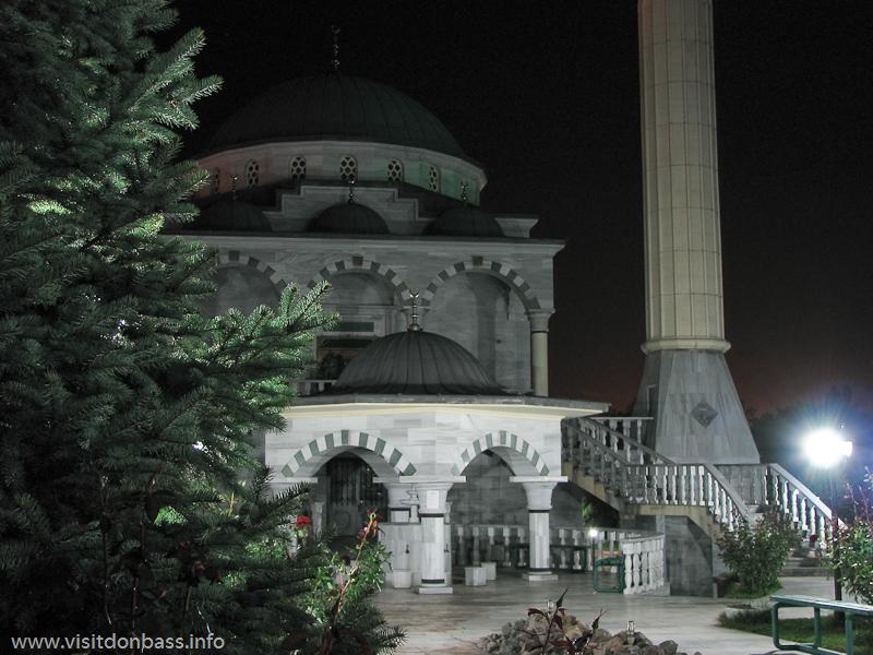 Ночная подсветка мариупольской мечети Сулеймана и Роксоланы придает загадочности этому необычному архитектурному объекту