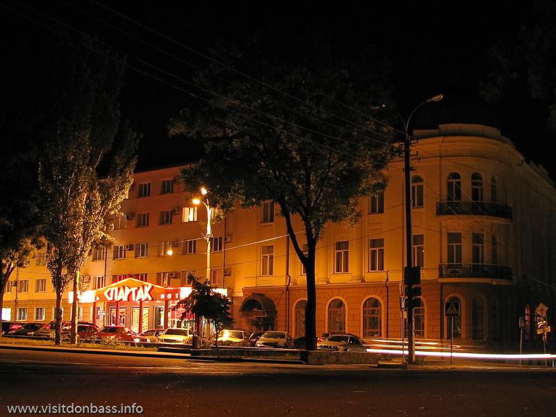 Гостиница Спартак - одна из двух крупных гостиниц, расположенных в центре Мариуполя