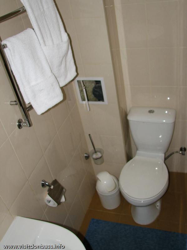 Компактный санузел в номере отеля Ливерпуль