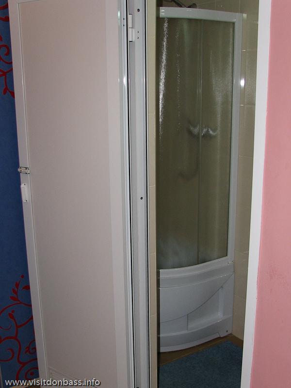 Душевая кабина в номере донецкого отеля Ливерпуль