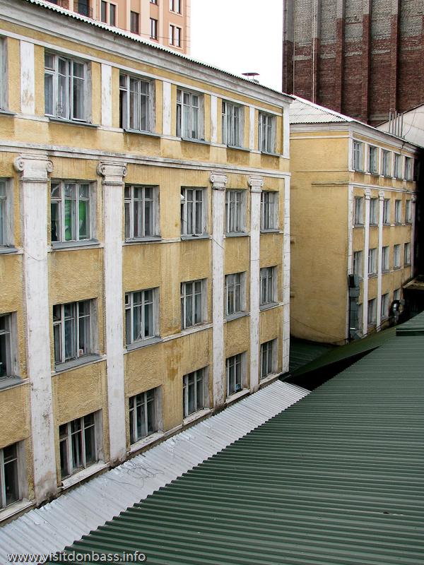 Вид из окна донецкого отеля Ливерпуль - студенческое общежитие