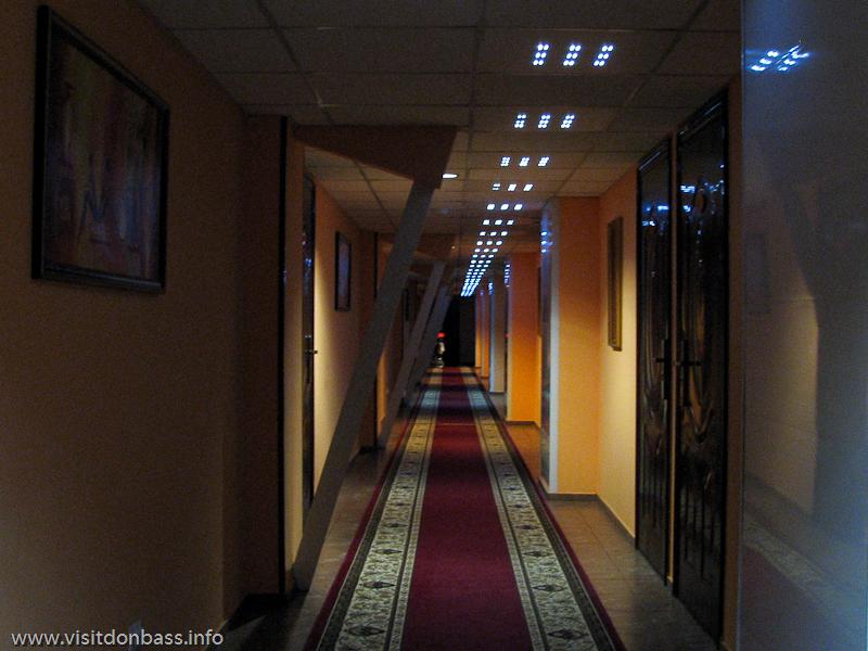 Длинный коридор в отеле Ливерпуль в Донецке