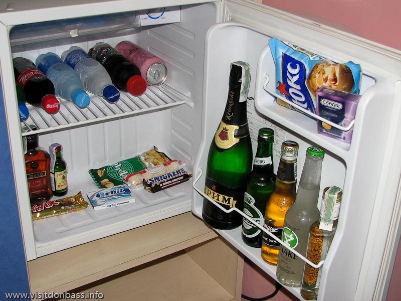 Алкоголь, вода и презервативы - набор мини-бара в отеле Ливерпуль в Донецке