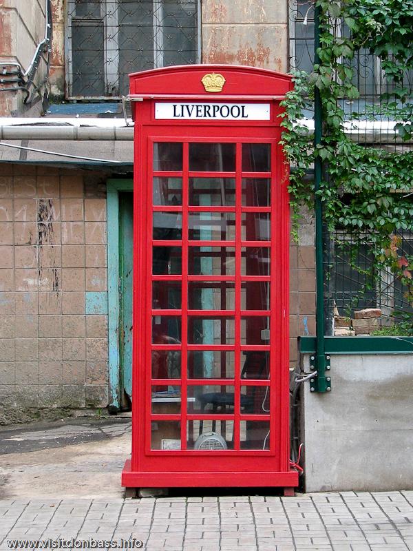 Лондонская телефонная будка в Донецке