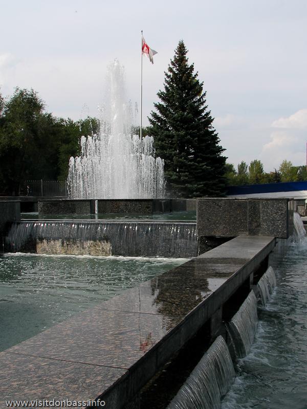 Вода в чашах фонтана около СВЦ Эксподонбасс перетекает с одного уровня на другой
