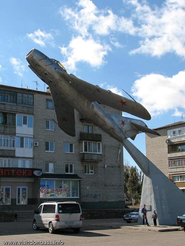 Самолет тоже установлен на фоне ильичевских логотипов
