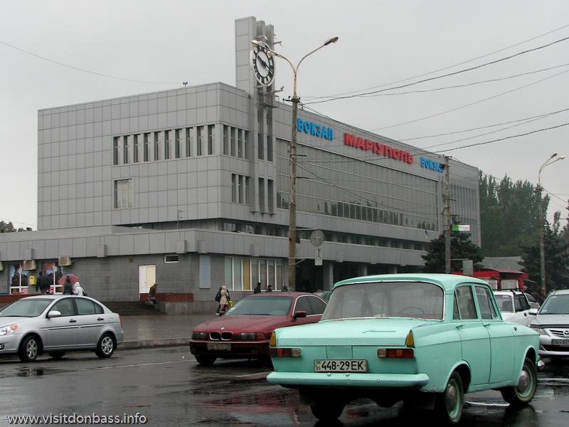 Мариуполь. Железнодорожный вокзал, привокзальная площадь. Фото