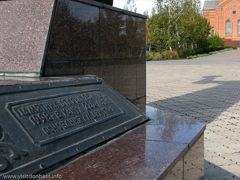 Поживановская церковь и памятник митрополиту Игнатию стоят над Азовским морем уже более 10 лет