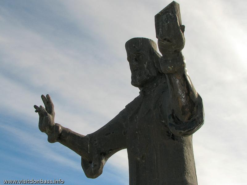 Памятник митрополиту Игнатию в Мариуполе около Поживановской церкви