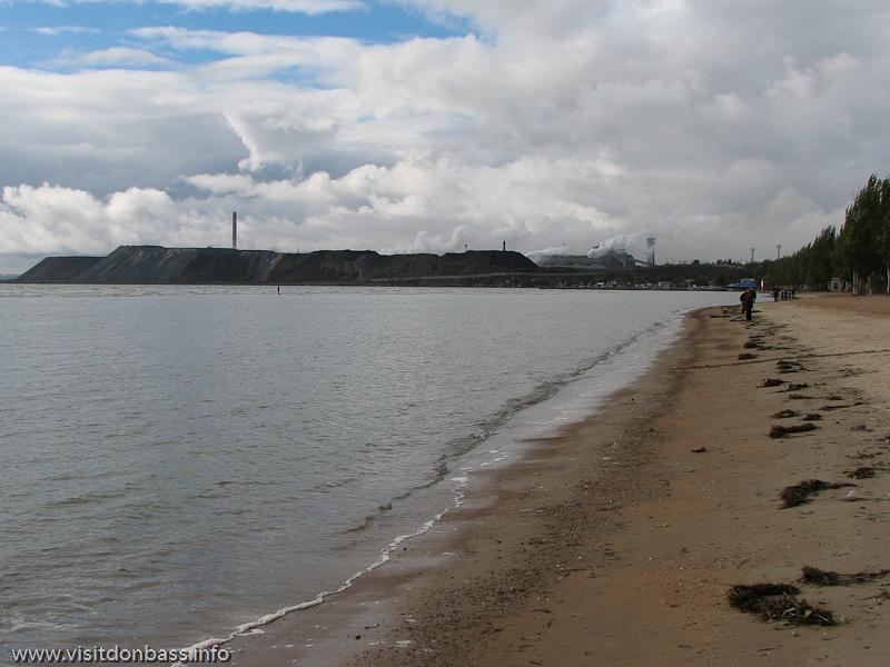 на западе пляж упирается в Азовсталь, фото