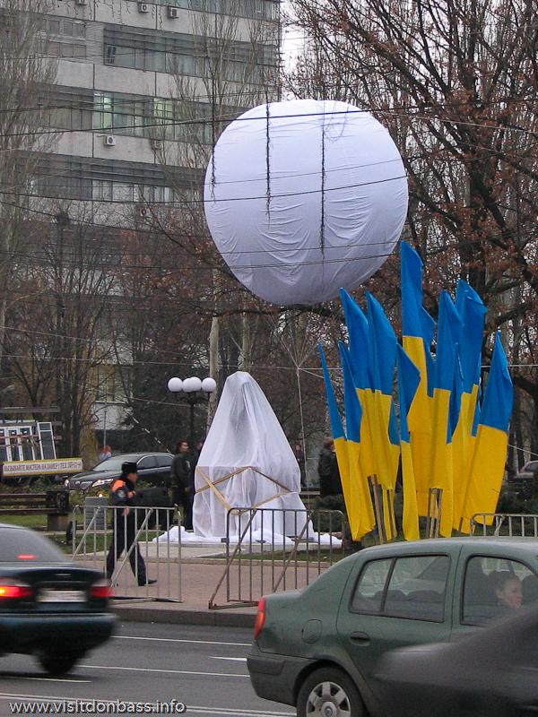 Скульптура Лоренцо Квина  Перспектива около Драмтеатра Донецка