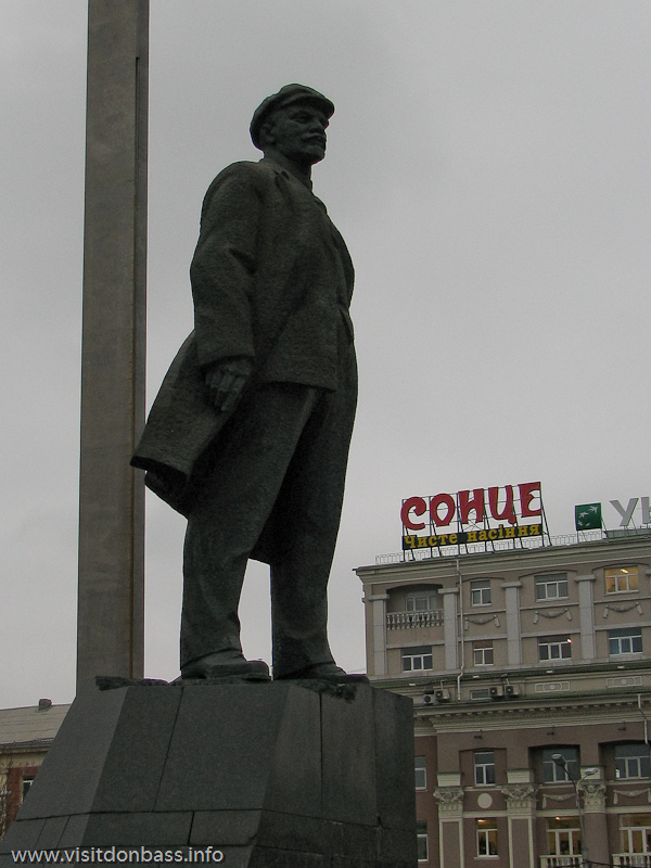 Памятник Ленину на площади Ленина в Донецке