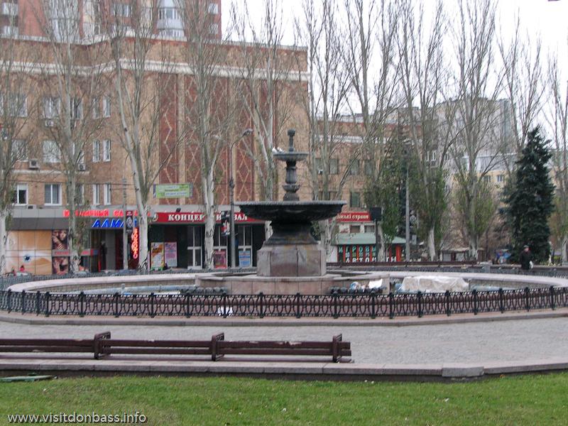 Светомузыкальный фонтан на площади Ленина в Донецке