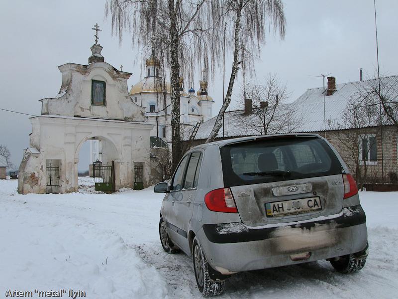 Дорога к Свято-Покровскому храму в селе Пиддубцы в Волынской области около Луцка