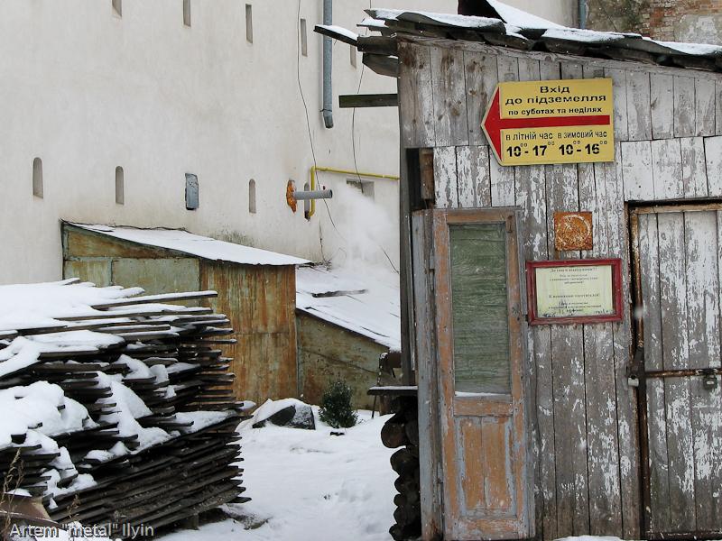 Вход в подземелье собора Петра и Павла в Луцке