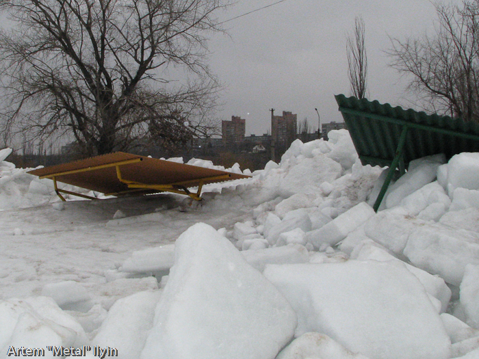 Весенний ледоход на Азовском море сметает даже стальные трубы