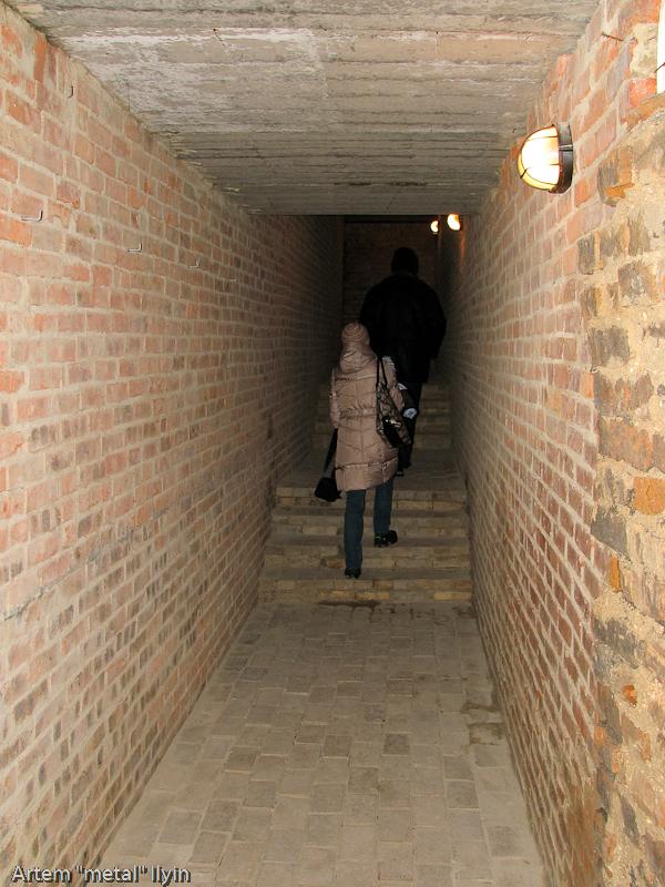 Длинный переход соединяет три помещения подземной экспозиции замка Любарта в Луцке