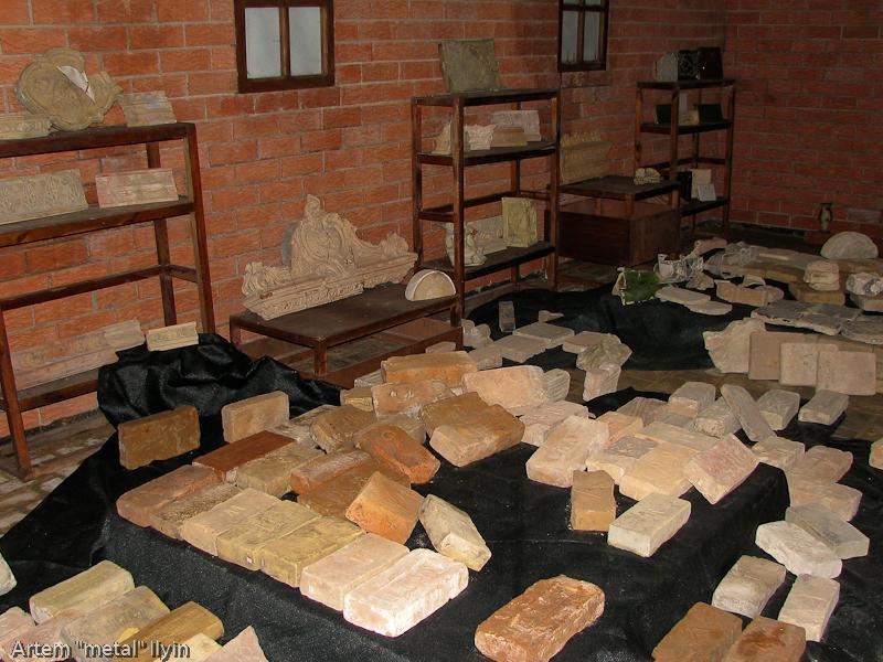 Выставка кирпича и кафеля в подземелье замка Любарта в Луцке