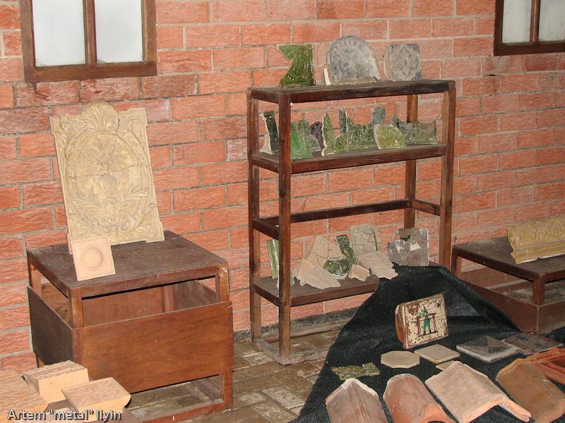 Зеленая керамика для облицовки печей и каминов в подземельях замка Любарта в Луцке