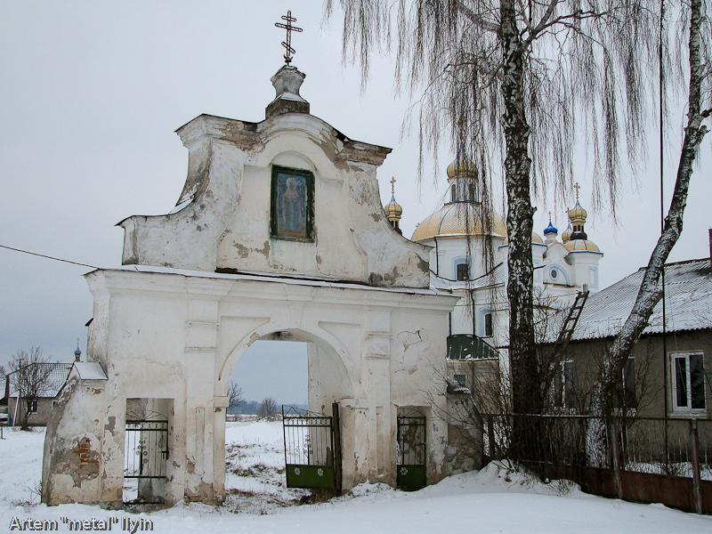 Въездные ворота в Свято-Покровский храм в селе Пиддубцы в Волынской области около Луцка